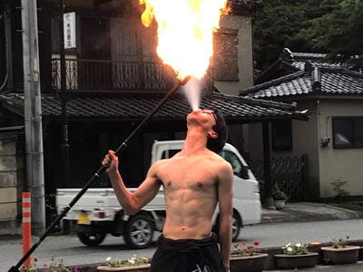 プロけん玉師・大道芸人 まるけ